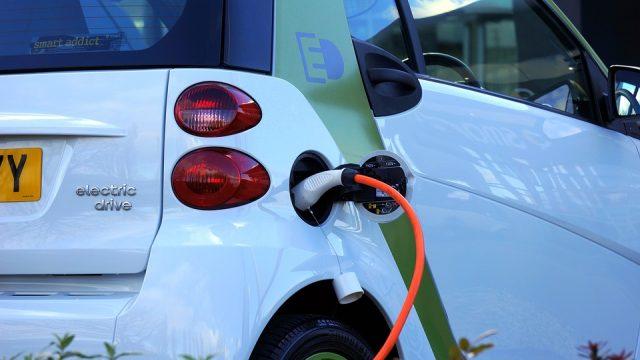 Marché porteur pour les électriciens, l'installation de bornes de recharge de véhicule électrique (IRVE) se développe et le secteur s'organise. Qualification et formations sont désormais obligatoires.