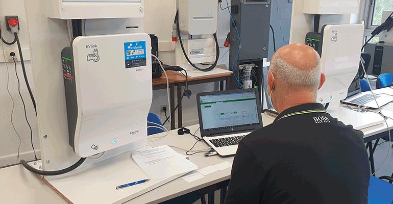 Compétences des électriciens : 5 formations pour gagner de nouveaux marchés